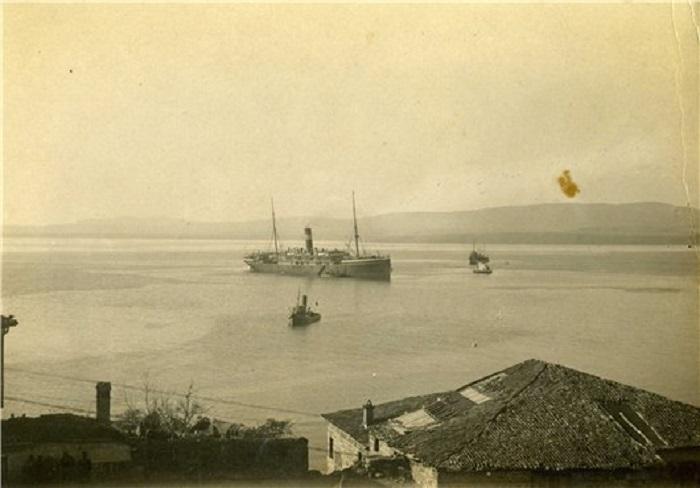 Пароход Саратов доставляет больных в Галлиполи.