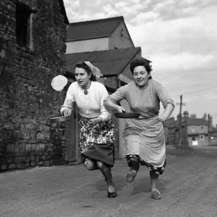 Последняя тренировка перед ежегодной гонкой с блинами. Великобритания, 1950-е годы.