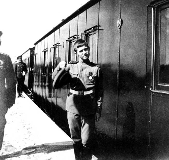 Цесаревич Алексей у императорского поезда. Россия, 1916 год.