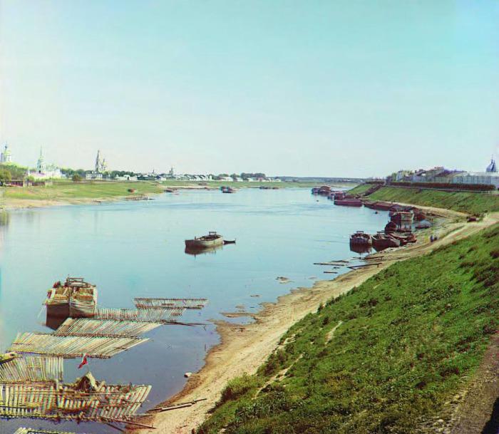 Вид на реку, Свято-Екатерининский монастырь и другие церкви, расположенные неподалеку.