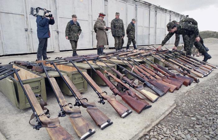 Советские десантники осматривают конфискованное оружие.