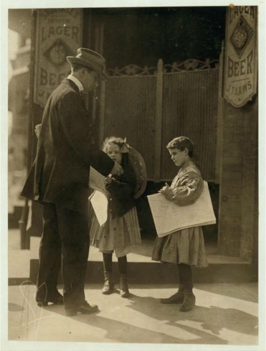 Две девочки продающие на улице газеты в мае 1910 года.