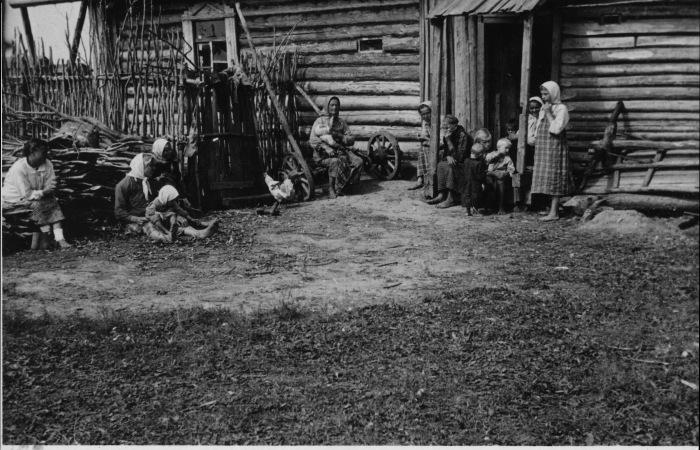 Местные жители в оккупированном селе. СССР, Украина, 1941 год.