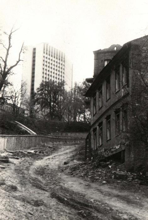 Полуразрушенный дом на улице Петровская. Киев, 1987 год.