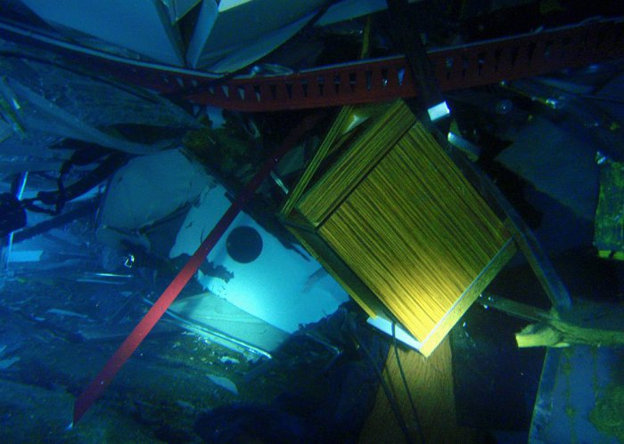 Под водой, полный хаус внутри полузатонувшего круизного лайнера. 16 января 2012. | Фото: loveopium.ru.