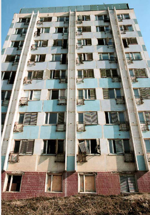 Девятиэтажный дом, находящийся в аварийном состоянии. СССР, Иркутск, 1988 год.