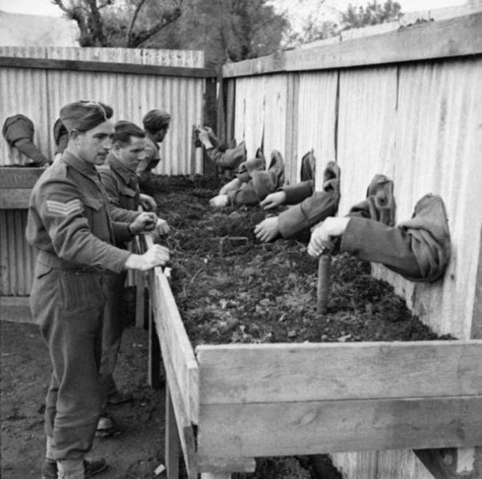 Тренировка по обезвреживанию учебных мин вслепую, чтобы бойцы могли работать ночью, 1943 год.