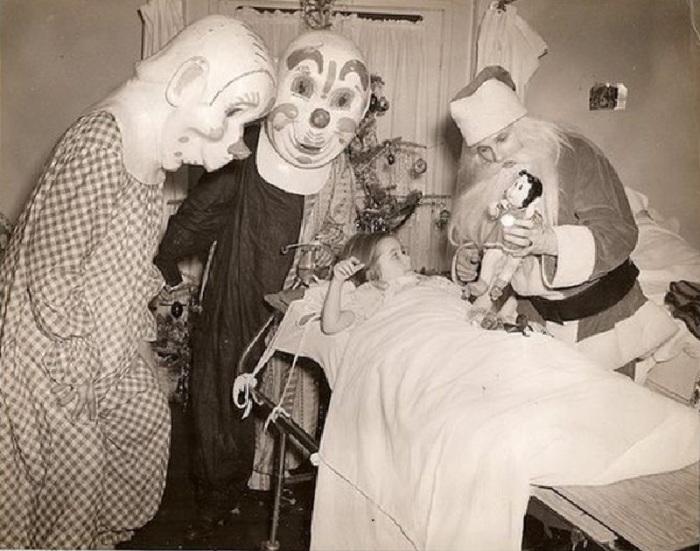 Клоуны и Санта веселят девочку в больнице, 1950 год.