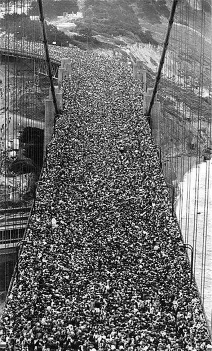 Толпы людей на открытии моста Золотые ворота в Сан-Франциско, 1937 год.