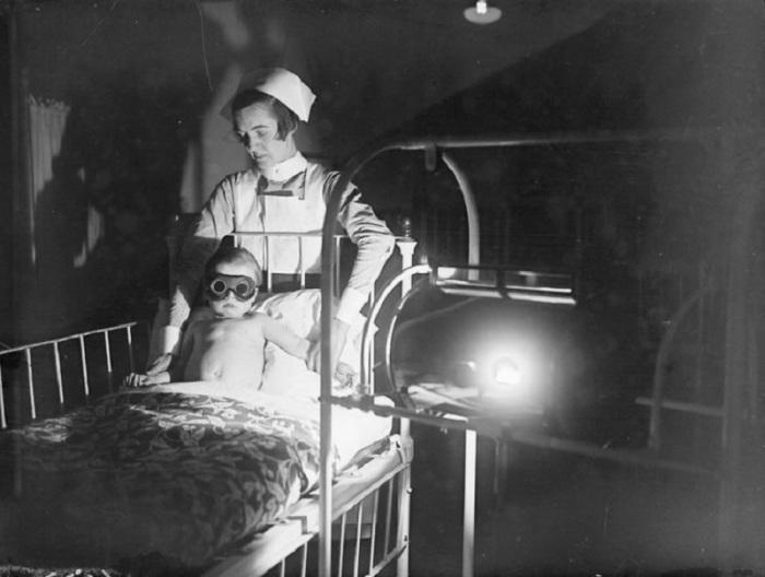 Процедура ультрафиолетового облучения в детской больнице Лондона, 1928 год.