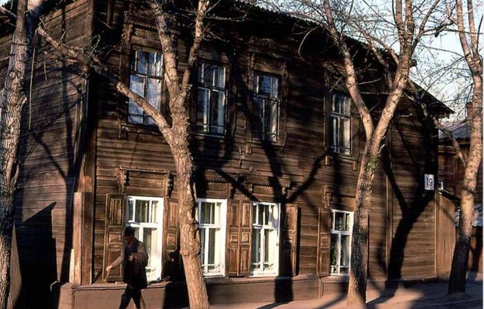 Старый деревянный дом на улице Дзержинского. СССР, Иркутск, 1988 год.