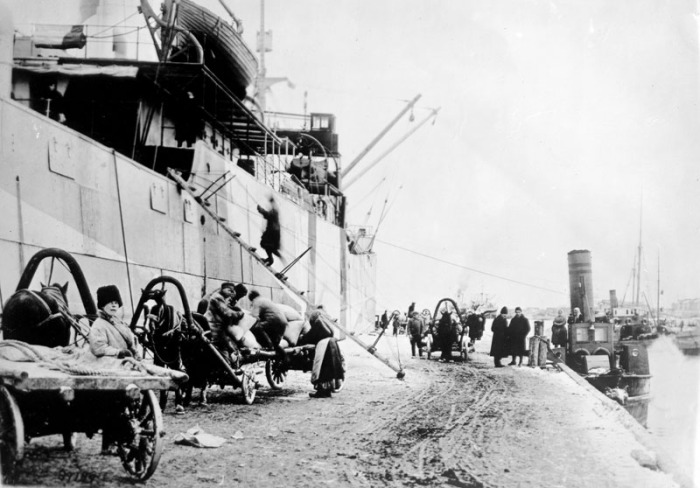 Разгрузка американского парохода Сиэттл на причале Бакарицы.