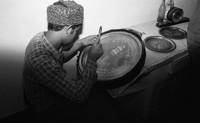 Подросток, занимающийся изготовлением сувениров. СССР, Узбекистан, Самарканд, 1984 год.