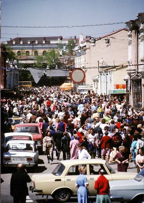 Толпы людей на улице Урицкого. СССР, Иркутск, 1988 год.