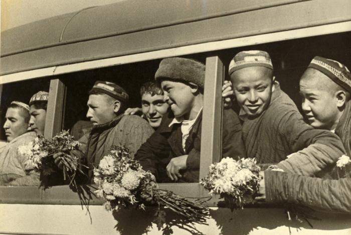 Узбекские дети прибыли в Ташкент, чтобы поступить в техникум. Ташкент, начало 1930 года. Фото: Max Penson.