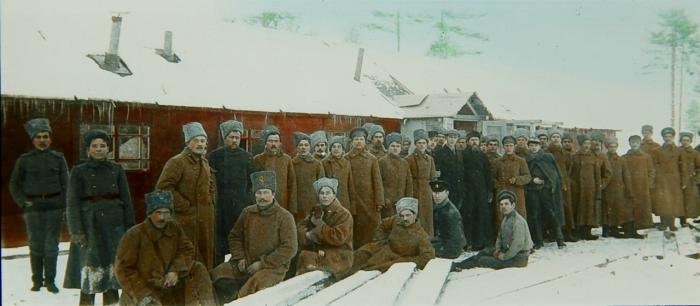 Группа солдат возле временно обустроенной казармы.