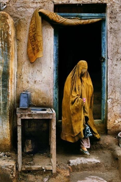 Вдова просит милостыню. Афганистан, Провинция Фарьяб, 1992 год.