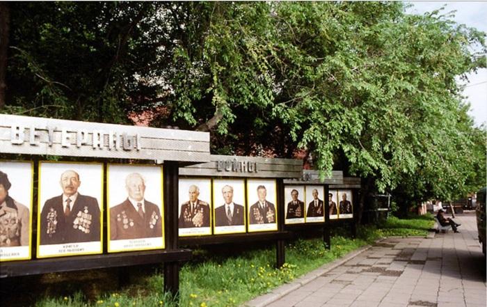 Портреты ветеранов Великой Отечественной войны на стенде в сквере около кинотеатра Гигант. СССР, Иркутск, 1988 год.