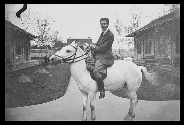 Виктор Сегален на лошади перед началом раскопок.