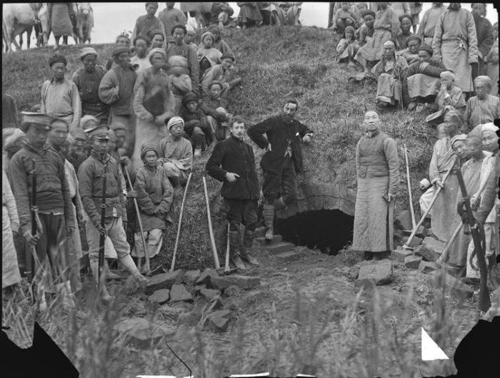 Виктор Сегален и Огюст Жильбер де Вуазен на раскопках гробницы в провинции Сычуань.