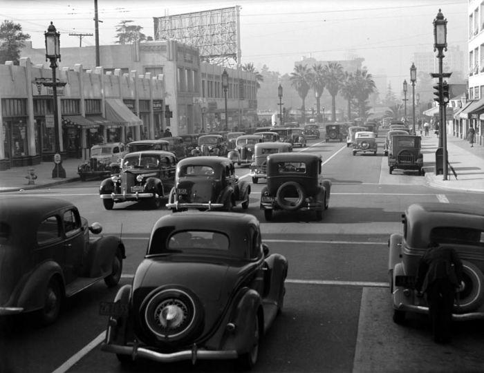 Путешествуя по одной из главных улиц Лос-Анджелеса, 1939 год.