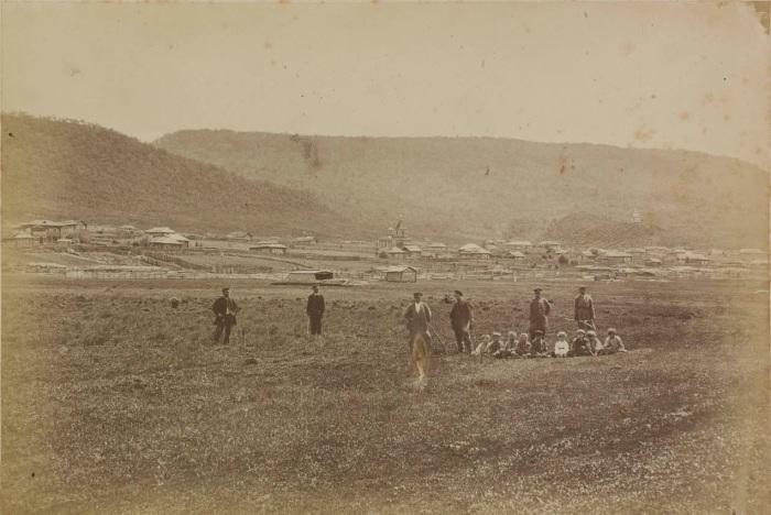 Местные жители неподалеку от поселения на Дальнем Востоке. Россия, 1880 годы.