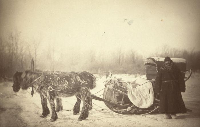 Джордж Кеннан возле сибирских саней.