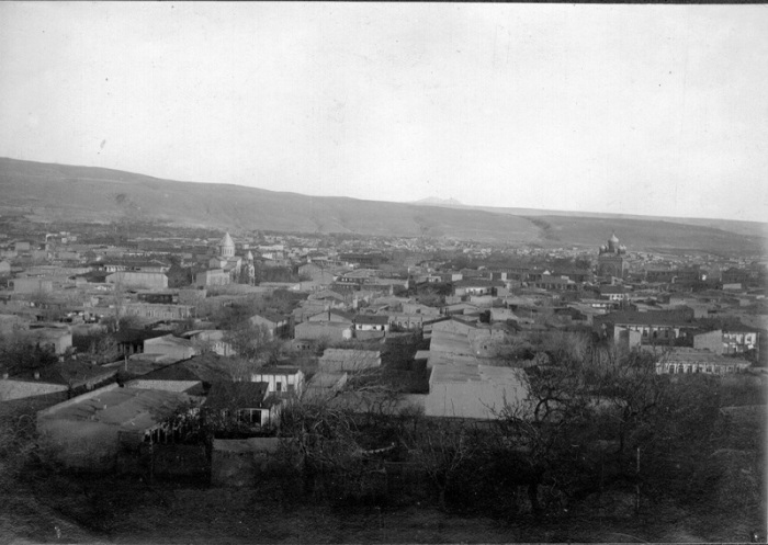 Вид на главные достопримечательности Еревана с холма в 1920 году.