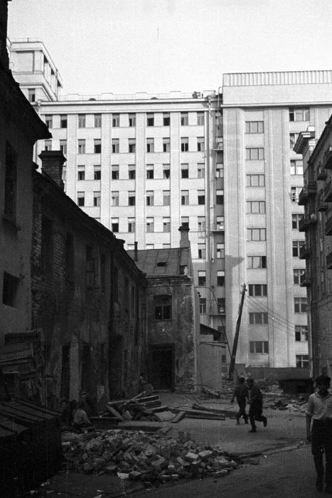 Ремонтные работы на Георгиевском переулке, возле бывшего здания Совета Труда и Обороны. СССР, 1939 год.