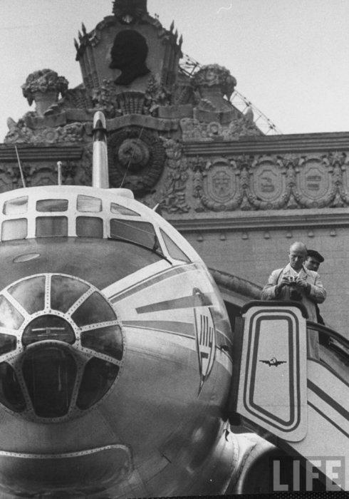 Иностранные туристы возле нового павильона ВДНХ. СССР, Москва, 1961 год.