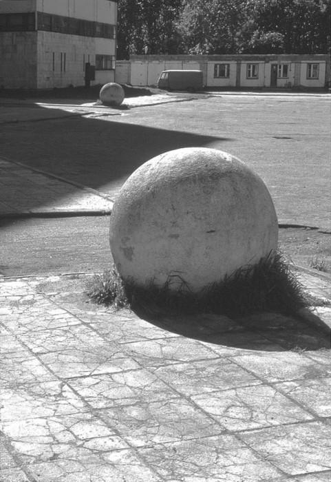Вкопанные в землю каменные сферы.