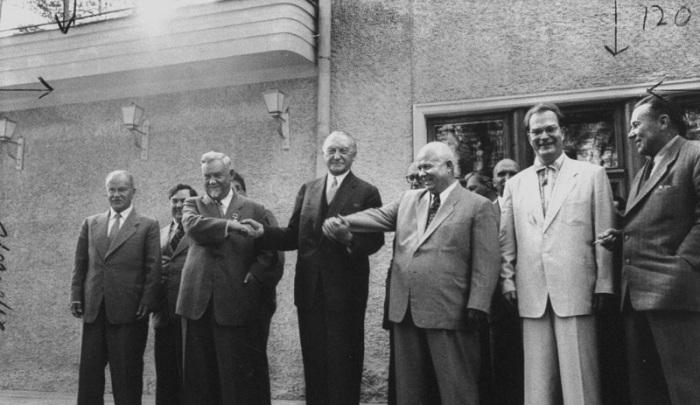 Вячеслав Михайлович Молотов, Георгий Маленков, Николай Булганин, Конрад Аденауэр и Никита Хрущов позируют во время визита Аденауэра. Москва, 9 сентября 1955 года.