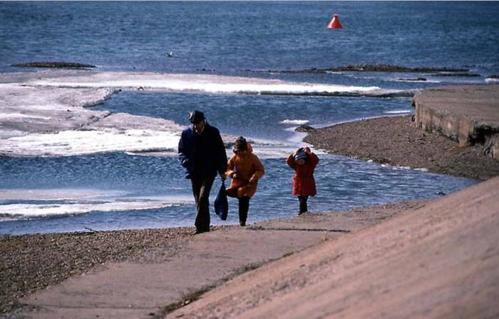 Прогулка вдоль берега Ангары. СССР, Иркутск, 1988 год.