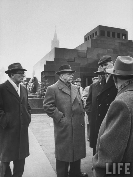 Вальтер Ульбрихт возле мавзолея Ленина. СССР, Москва, 1961 год.