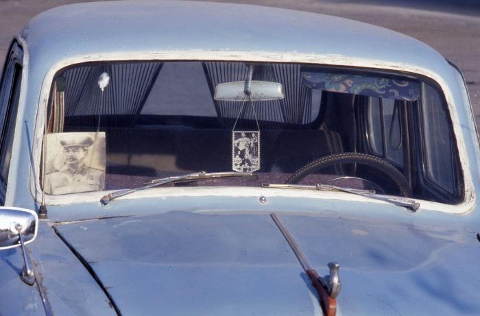 Портрет Сталина в машине в виде оберега. СССР, Узбекистан, Бухара, 1984 год.