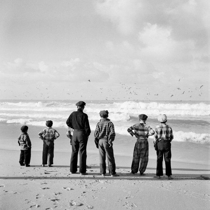 Мальчишки ждут лета. Португалия, 1956 год.
