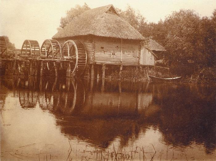 Водяная мельница с тремя колесами на речке Ворскла. Город Охтырка, Сумская область, 1910 год.