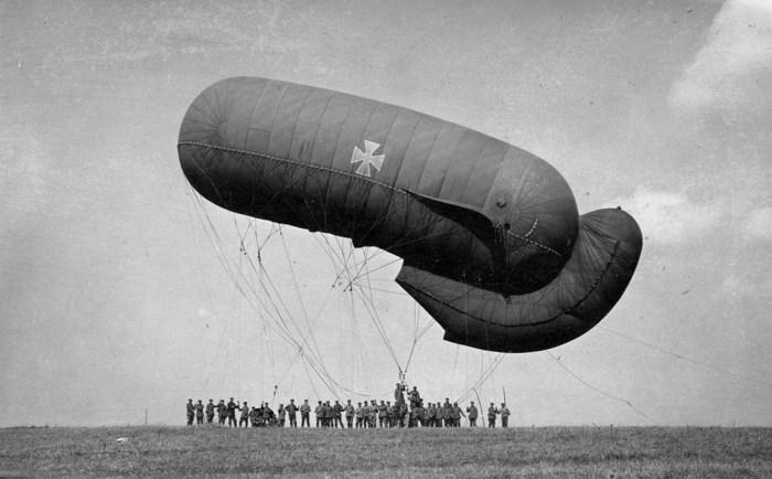 Немецкий аэростат на привязи. Франция, 1916 год.