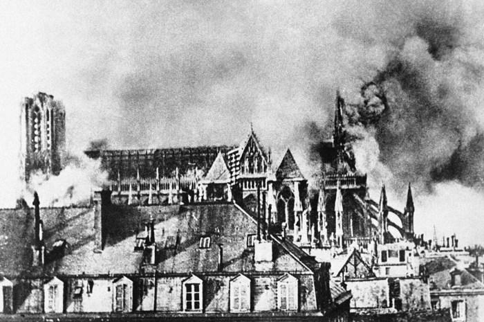 Горящий после бомбардировки собор в Реймсе. Франция, 1914 год.