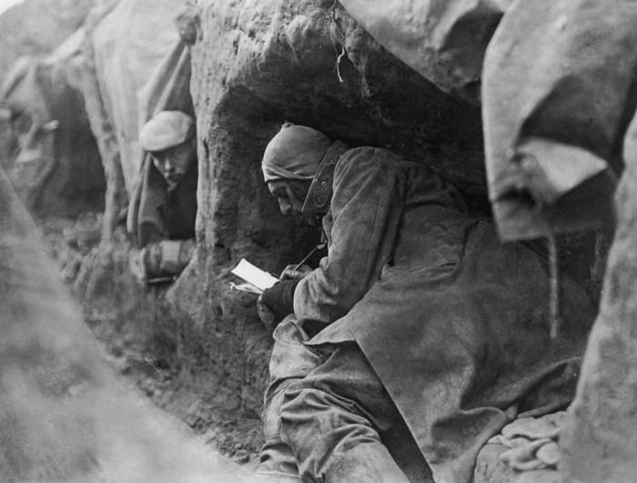 Солдаты в окопах пишут письма домой.