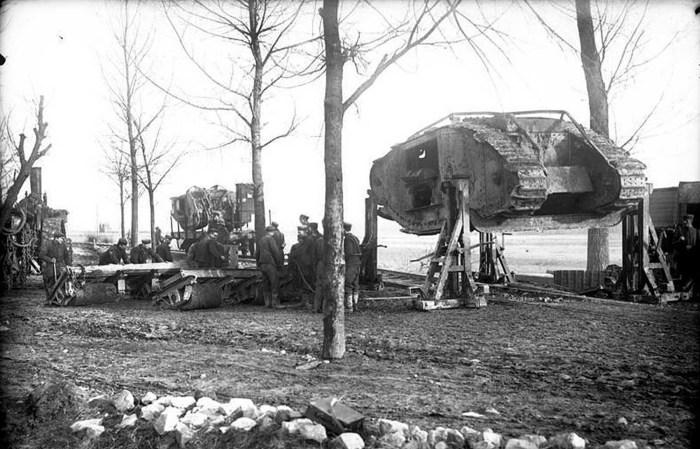 Немецкие солдаты грузят захваченный британский танк Mark I.