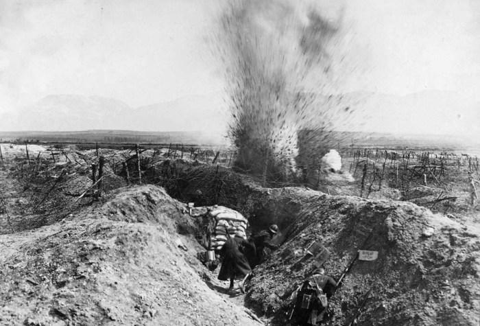 Артобстрел неподалёку от французских позиций.