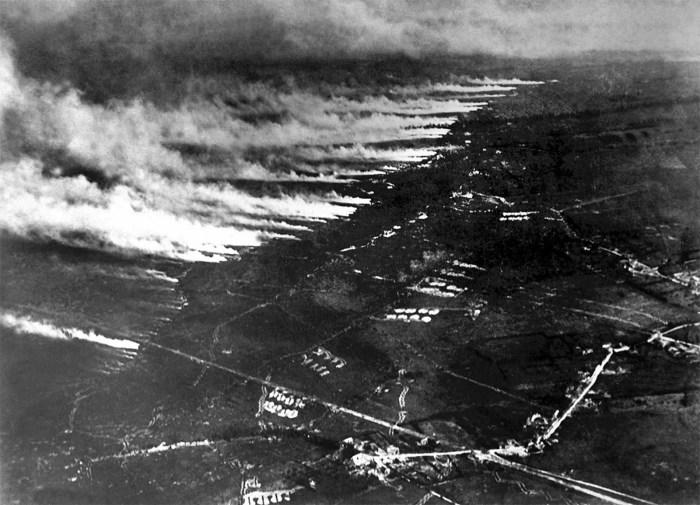 Французские солдаты проводят газовую и огнемётную атаки на немецкие позиции.