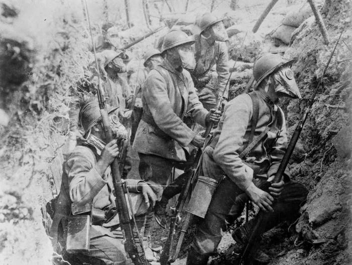 Французские солдаты в противогазах в 1917 году.