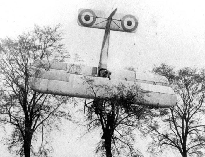 Французский пилот совершил вынужденную посадку на дружественной территории.