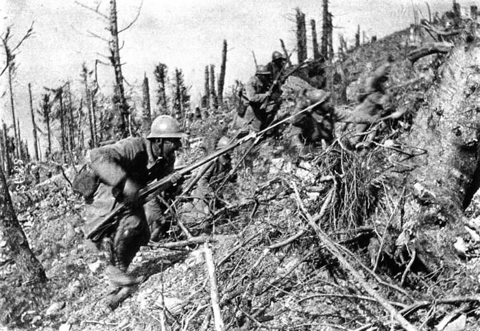Французские солдаты идут в штыковую атаку вверх по крутому склону.