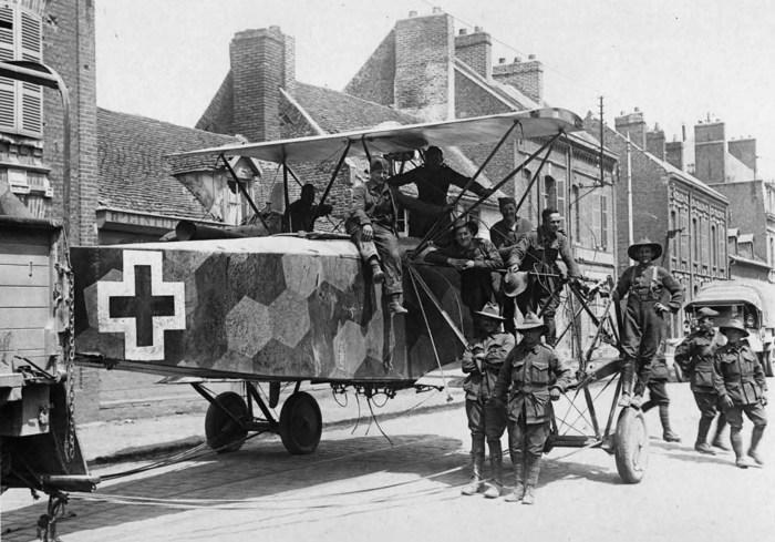 Союзники буксируют по улице сбитый немецкий двухмоторный бомбардировщик.
