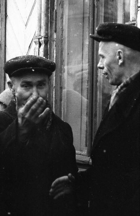 Двое рабочих встретившихся после работы. СССР, Ярославль, 1960-е годы.