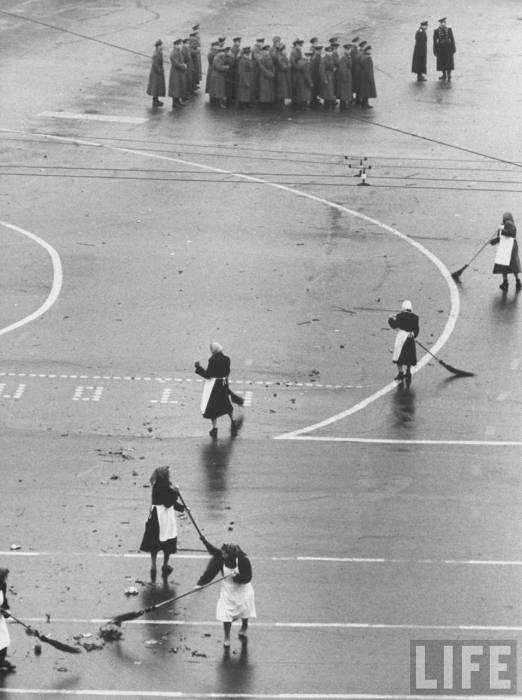 Дворники подметающие Красную площадь после парада. СССР, Москва, 1961 год.