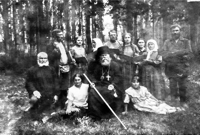 Епископ с верующими Семиречья. Пржевальск, 1905 год.